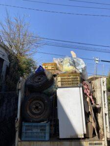 3tトラックへ不用品を積んでおります。